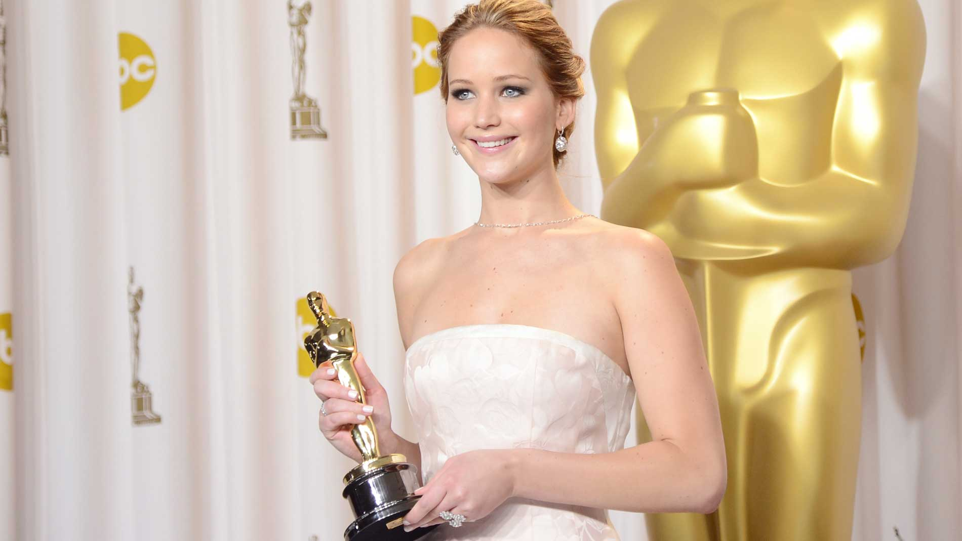 Jennifer-Lawrence-Backstage-Oscars