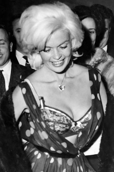 Το sex-symbol των 50s, Jane Mansfield, αποκαλύπτει το σουτιέν της σε βραδινή της έξοδο