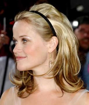 Η Reese Witherspoon με χαλαρά ίσια μαλλιά με όγκο