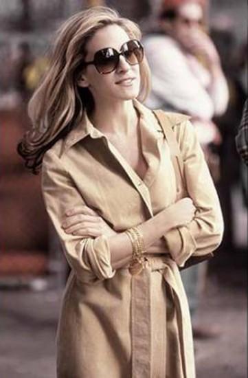 Η Κάρι Μπράντσο με σεμιζιέ φόρεμα και γυαλιά ηλίου Jackie O