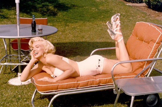 H Μέριλιν Μονρόε με Lucite διάφανα πέδιλα (1953)