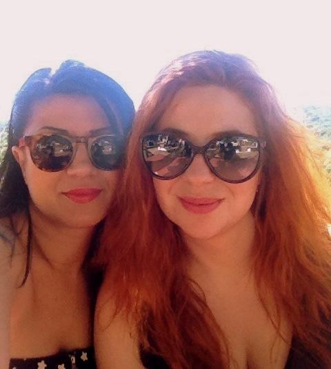 Δεξιά η αρθρογράφος με την αγαπημένη της φίλη, Νάνσυ