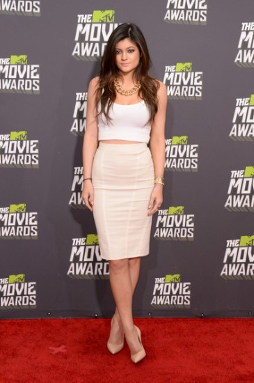 H Kylie Jenner συνδύασε το crop top με pencil φούστα & γόβες