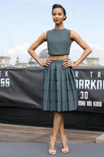 Crop top & κλος φούστα για τη Zoe Saldana