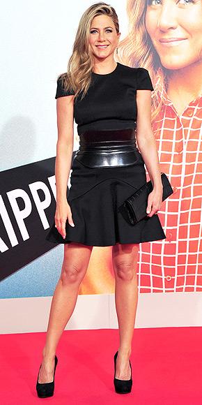 Η Τζένιφερ Άνιστον με δερμάτινη ζώνη-κορσέ Alexander McQueen