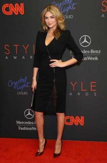 H Kate Upton ποζάρει στο χαλί των Style Awards φορώντας φόρεμα Altuzarra από τη φθινοπωρινή συλλογή 2013