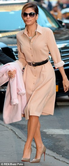 H Eva Mendes με φόρεμα από τη συλλογή της