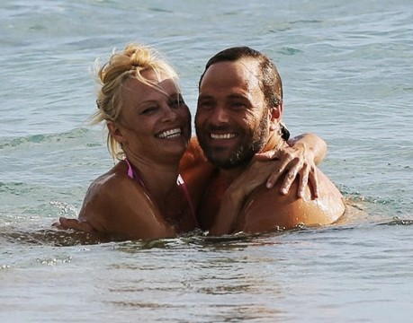 pamela-anderson-rick-solomon-beach-bikini-splash-3
