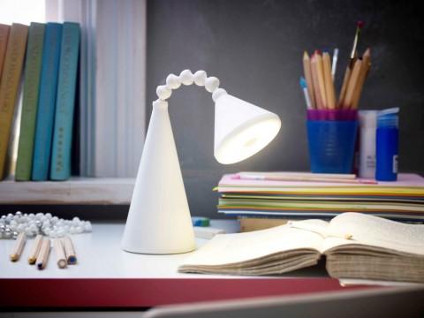 Σε κόκκινο ή λευκό, το φωτιστικό FRYEBOθα κερδίσει τις εντυπώσεις ως προς το design, την οικονομία και την ευκολία μετακίνησής του!  (24,99€/τεμ.)