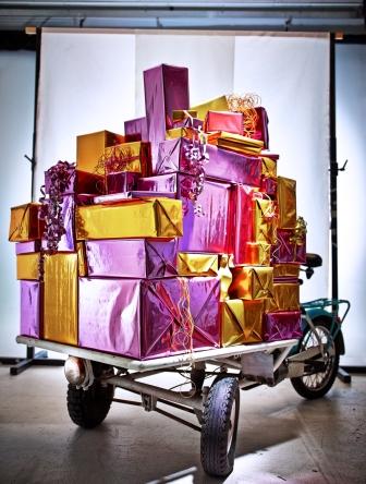 SNÖMYS τσάντα δώρου, Άγιος Βασίλης 2,99€  SNÖMY Sκορδέλα 1,99€  SNÖMYS ρολό περιτυλίγματος 1,99€  SNÖMYS κορδέλα 3,99€  SNÖMYSκουτί δώρου 4,99€/3 τεμ