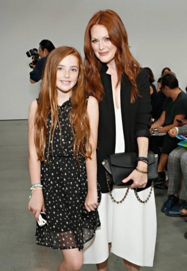 H Julianne Moore με την κόρη της Liv σε ασπρόμαυρη αρμονία