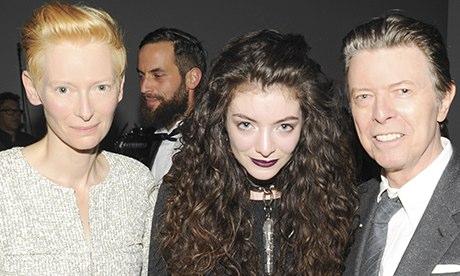 H Lorde με το signature style της ανάμεσα στην Tilda Swinton & τον David Bowie