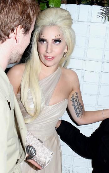 Η Lady Gaga με New Power clutch σε champagne crystal