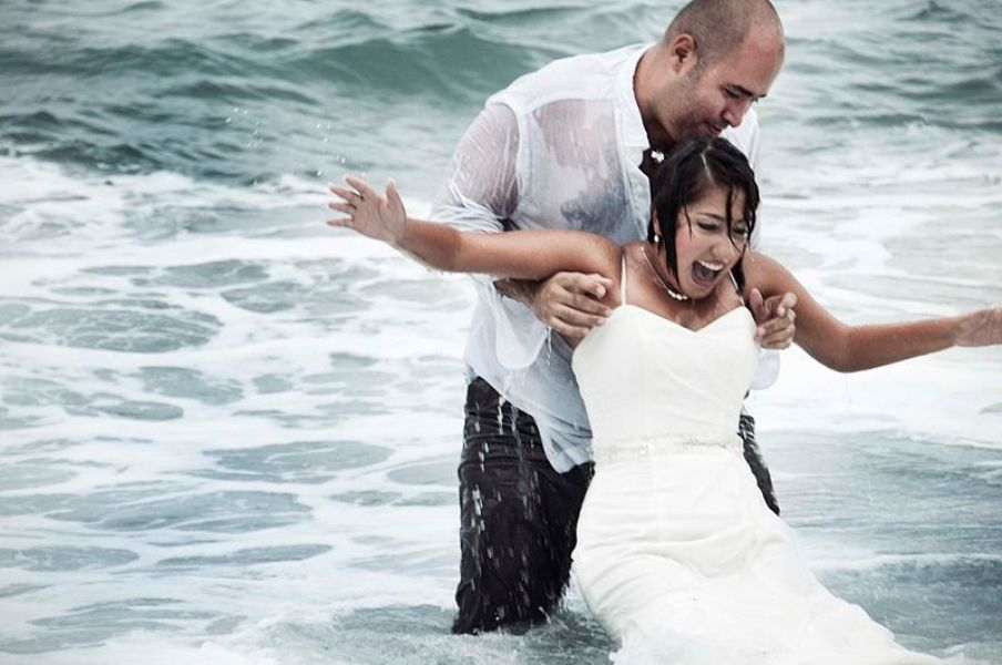 Trash_the_dress_-_Wetlook_in_wedding_clothes_-_Heterosexual_couple_in_sea