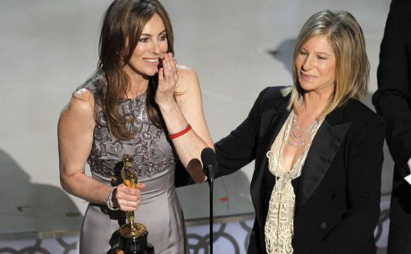 H Kathryn Bigelow παραλαμβάνει συγκινημένη το βραβείο καλύτερης σκηνοθεσίας από την Barbra Streisand
