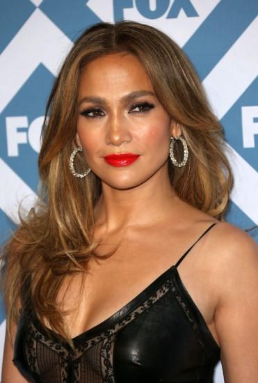 H Jennifer Lopez με φιλαριστά, μακριά μαλλιά