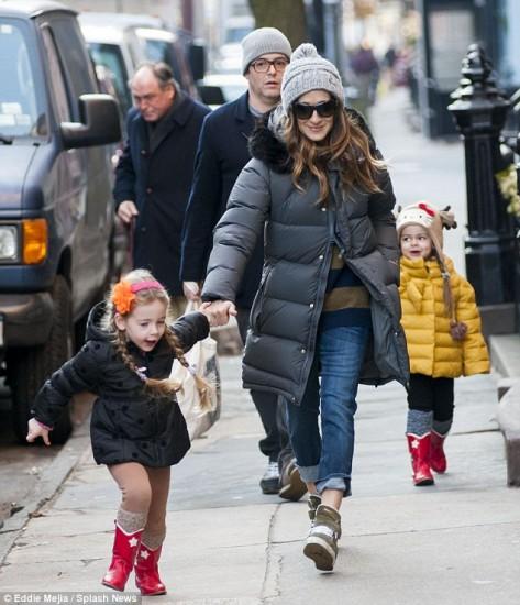 Η Sarah Jessica Parker και σύζυγος της βγαίνουν βόλτα μαζί με τις κόρες τους