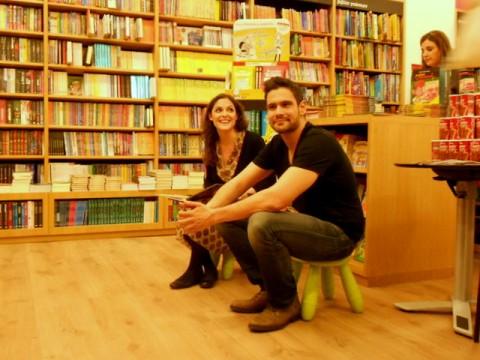 Η Κατερίνα Μαρκαδάκη και ο Δημήτρης Ουγγαρέζος στην παρουσίαση του βιβλίου στο βιβλιοπωλείο Ευρυπίδης (Νέα Κηφισιά)