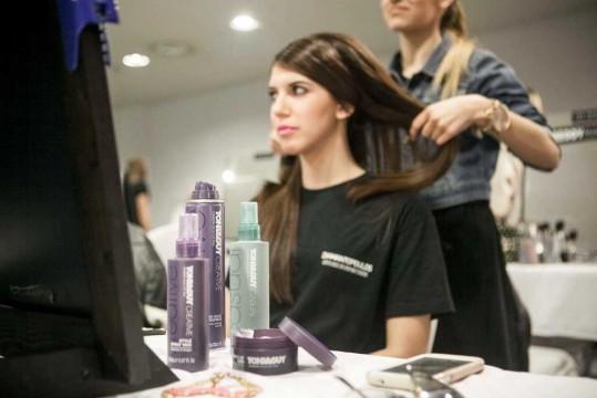 Backstage-δημιουργία των hair looks με προϊόντα Toni & Guy
