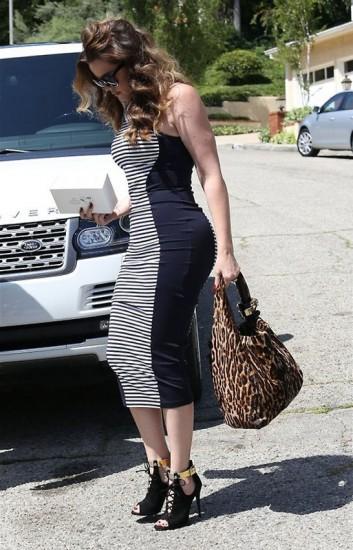 Η χυμώδης Khloe Kardashian με paneled dress