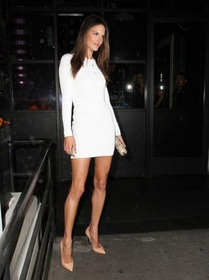 Ακόμα και η Alessandra Ambrosio επενδύει στις nude γόβες