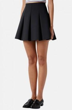 Η μικρή μαύρη φούστα με τις τέλειες πιέτες που σου αδυνατίζει τη μέση