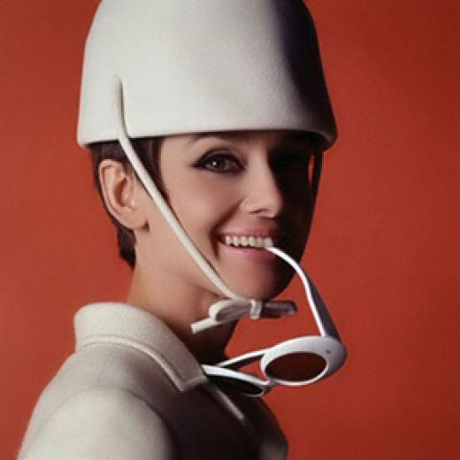 Χαρακτηριστική εικόνα της Audrey Hepburn από τη δεκαετία του '60