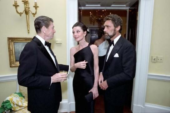 Ο τότε Πρόεδρος των ΗΠΑ, Ronald Reagan, η Audrey Hepburn και ο Robert Walters σε χορό του Λευκού Οίκου στα 80s.