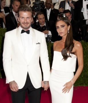 Μην σε τρομάζει το μακιγιάζ της Victoria, φοράει ήδη λευκό φόρεμα οπότε απλώς φαντάσου τον εαυτό σου να παντρεύεται τον David Beckham