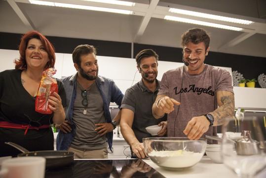 Ο Άκης Πετρετζίκης, ο Μύρωνας Στρατής, ο Ευθύμης Ζησάκης και η Κατερίνα Ζαρίφη στην παρουσίαση των κουζινών METOD