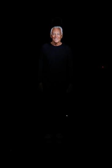 Η εμφάνιση του Giorgio Armani στο τέλος του fashion show της Emporio Armani