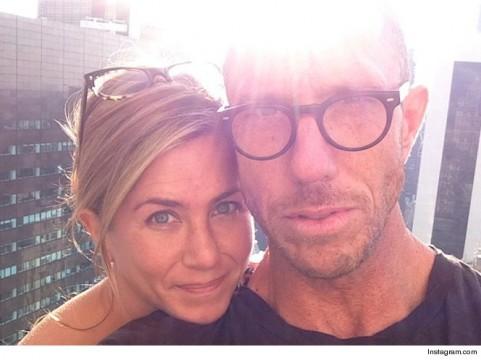 H Jennifer Aniston με τον Chris McMillan. Το post που ξεκίνησε το #nomakeup trend