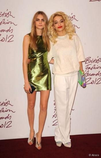 Μεταλλιζέ φόρεμα για την Cara Delevingne & και μεταλλιζέ clutch για την Rita Ora