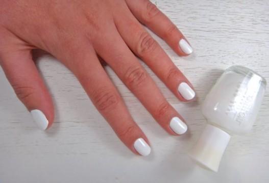 Βάψε τα νύχια σου με το λευκό βερνίκι και άφησέ τα να στεγνώσουν.