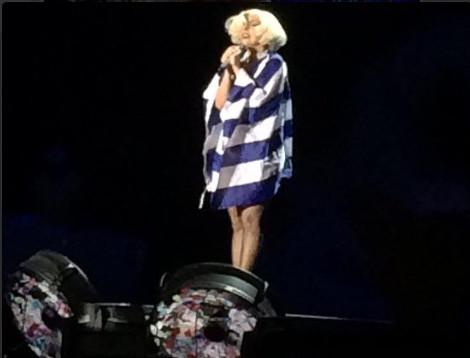 H Lady Gaga εμφανίστηκε στη συναυλία της τυλιγμένη με την ελληνική σημαία