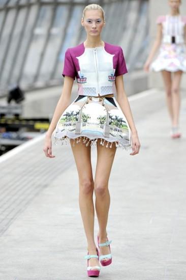 H Mary Katrantzou με την πρωτοποριακή φούστα σε σχέδιο λάμπας που δημιούργησε
