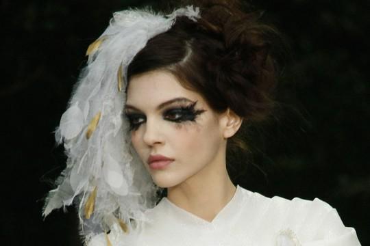 Υπερβολικό makeup look με μάσκαρα