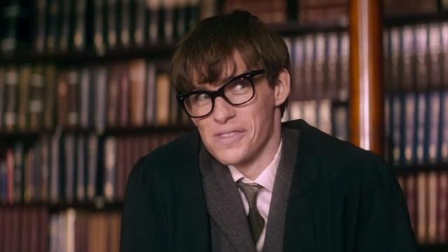 O Eddie Redmayne ενσαρκώνει τον σπουδαίο επιστήμονα Stephen Hawking