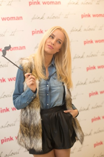 H λαμπερή Δούκισσα Νομικού με total outfit Pink Woman