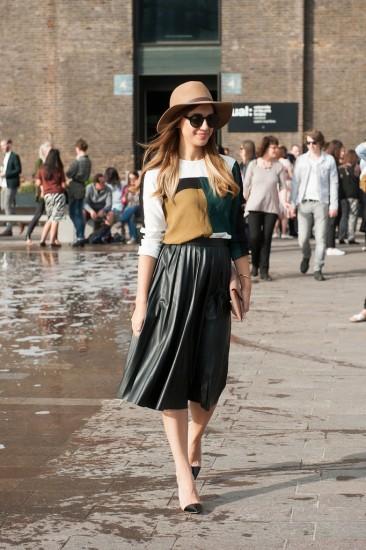 70s-moment-got-modern-lift-via-leather-skirt