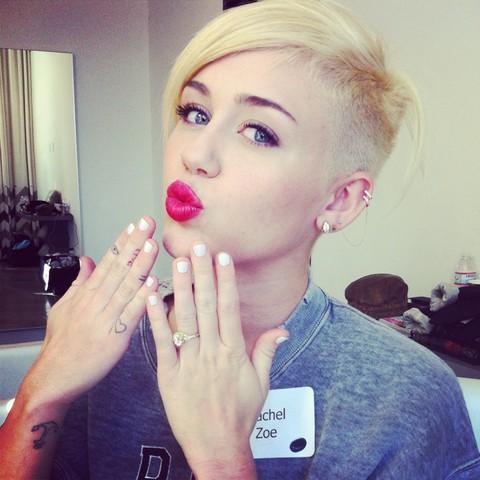Μάλλον κακή επιλογή τα λευκά νύχια για τη Miley Cyrus