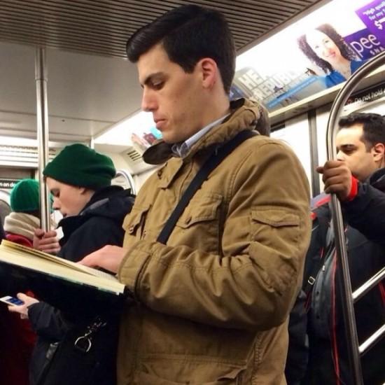 """Φωτογραφία από το λογαριασμό """"Hot dudes reading"""""""