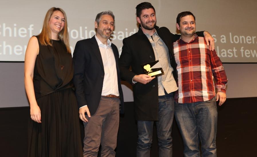 Βραβείο Κοινού Fischer_ Ξένη παραγωγή κάτω των 45': Η Βασιλεία Λυμπεροπούλου, Υπεύθυνη Brand PR και ο Γιάννης Κατσούγκρης, Υπεύθυνος Χορηγιών της Αθηναϊκής Ζυθοποιίας απονέμουν το βραβείο στους σκηνοθέτες Dress Code, Νταν Κόβερτ και Αντρέ Αντρέεφ