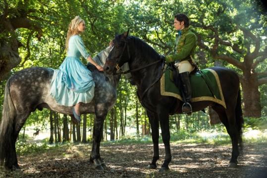 Η Ella-Cinderella (Lily James) και ο Πρίγκιπας Kit (Richard Madden) σε σκηνή της ταινίας «Σταχτοπούτα»