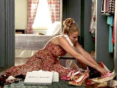 Η Carrie Bradshaw (Sarah Jessica Parker) τακτοποιεί τα αμέτρητα Manolo Blahnik της