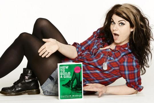 H Caitlin Moran ποζάρει με το βιβλίο της