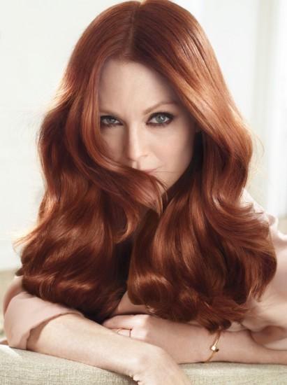 To χαρακτηριστικό χάλκινο στα μαλλιά της Julianne Moore επιτυγχάνεται με τη διαχρονική Excellence της L'Oreal Paris με νέα φόρμουλα για αποχρώσεις με περισσότερη φωτεινότητα και καλύτερη κάλυψη των λευκών. Η πλούσια προστατευτική κρέμα τυλίγει κάθε τρίχα για απόλυτη κάλυψη των λευκών ενώ το χρώμα παραμένει πλούσιο και έντονο μέχρι την επόμενη βαφή