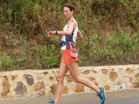 Η Chirsty Turlington συμβουλεύεται το Apple watch της για την πορεία της προπόνησης της