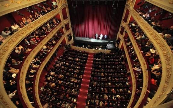 H αίθουσα της σκηνής του Δημοτικού Θεάτρου Πειραιά