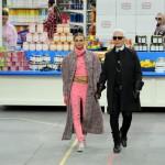 Cara Delevingne & Karl Lagerfeld στο τελείωμα του Chanel fashion show Fall 2014
